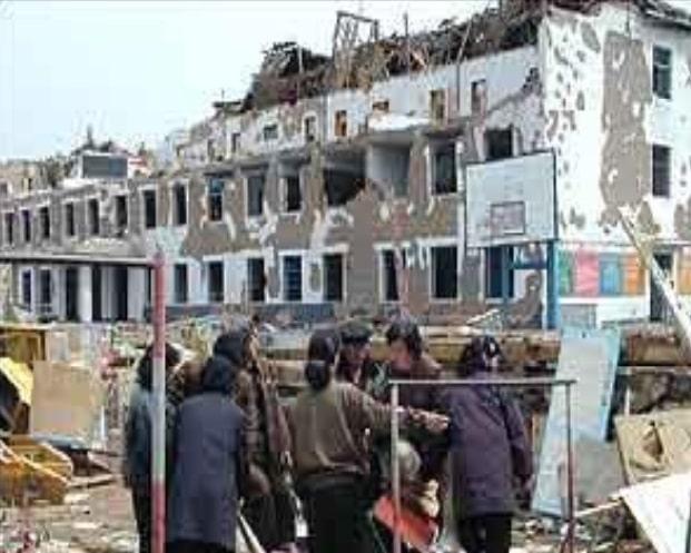 Фиг.3 Училищна сграда след станалата експлозия с вагони с АС и дизелово гориво в Северна Корея